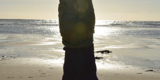 Kopfstand am Strand