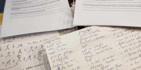 """Verschiedene Papiere zeigen: Die Vorbereitung zum Seminar """"Die Worte im Yoga"""" hat begonnen"""